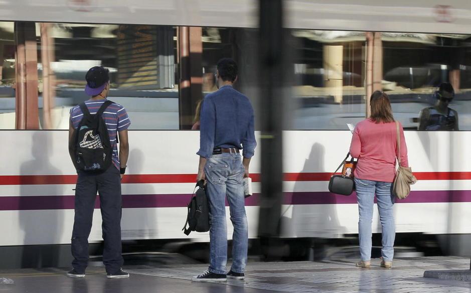 Viajeros esperando al tren