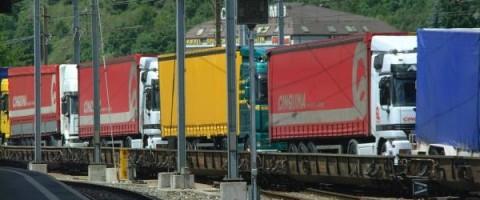 Camiones sobe tren_01