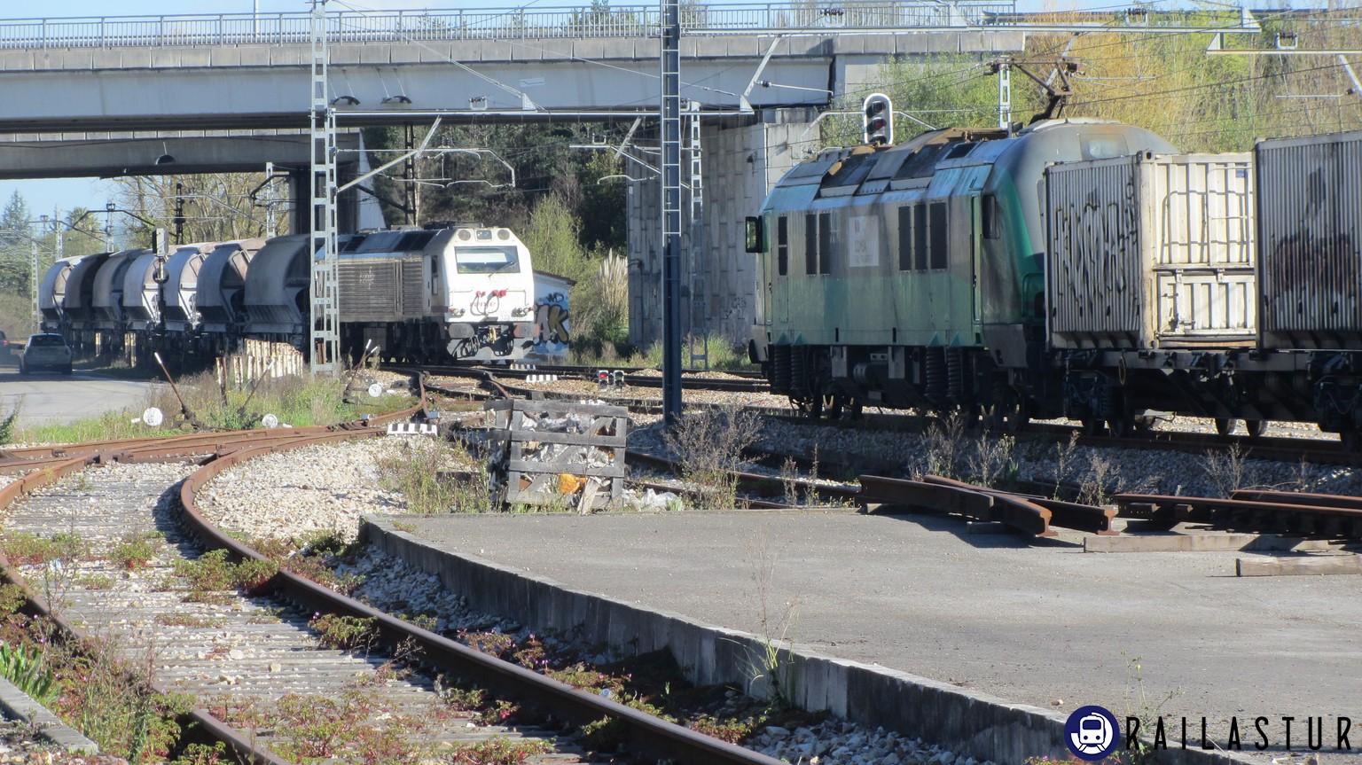 Cruce de tren de Comsa y de Renfe en Viella (2016)