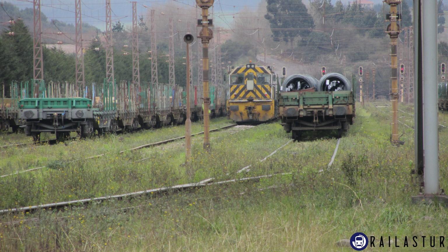 Locomotora de Arcelor y tren de alambrón en Poago (2014)